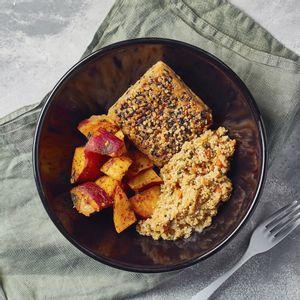 Burguer de Salmão em Crosta de Castanha c/ Mix Rústico e Quinoa com Vegetais - 300g - Lucco Fit